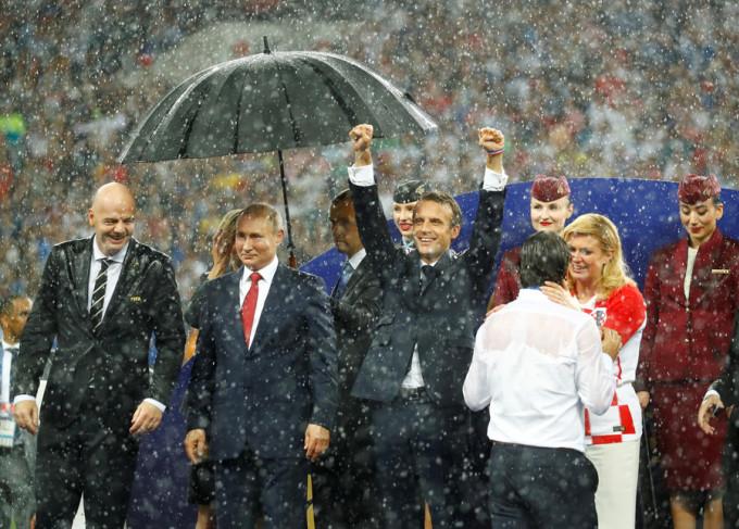 <p> Tổng thống Pháp vẫn ăn mừng cuồng nhiệt bất chấp trời mưa tầm tã, người ướt sũng vì không có ô che.</p>