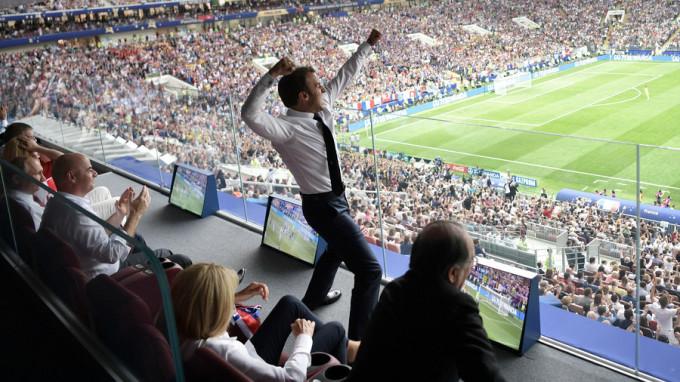 <p> Ống kính ghi lại được hình ảnh Tổng thống Pháp Emmanuel Macron đã nhảy lên sung sướng khi Pháp đánh bại Croatia 4-2 để giành chức vô địch World Cup, tại sân vận động Luzhniki của Moskva hôm15/7. Macron ngồi trên khán đài VIP cùng Tổng thống Nga Vladimir Putin, Tổng thống Croatia Kolinda Grabar-Kitarovic và Giám đốc FIFA Gianni Infantino.</p>