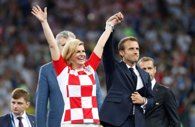 <p> Croatia đã thua, dù vậy, nữ Tổng thống Grabar-Kitarovic vẫn vui vẻ xuống sân vận động để chuẩn bị cho lễ trao giải.</p>