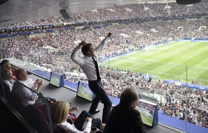 <p> Màn ăn mừng cuồng nhiệt của Tổng thống Pháp Emmanuel Macron trên khán đài danh dự sân Luzhniki.</p>