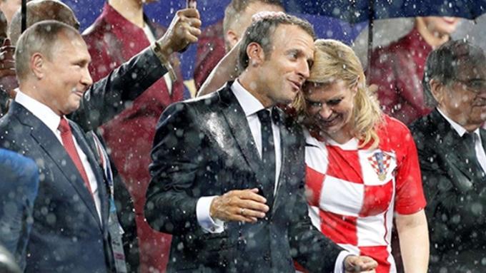 <p> Tình đoàn kết và sự hữu hảo giữa hai nước đã được hai vị tổng thống thể hiện qua những cái bắt tay đầy thiện cảm, sự gần gũi và thân thiết trong và sau trận đấu.<br /> </p>