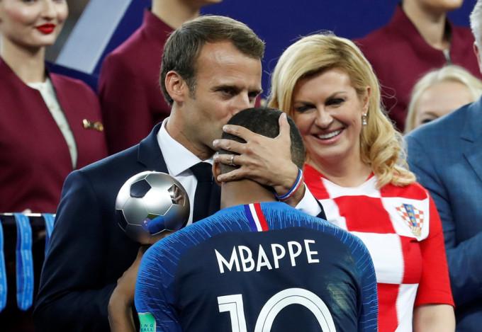 """<p> Bà chúc mừng """"Les Bleus"""" đã nâng cao chiếc cúp vàng lần thứ hai trong lịch sử.</p>"""