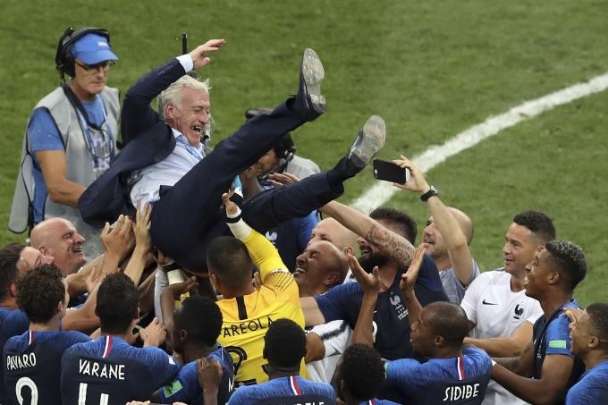 """<p> Đăng quang World Cup 2018, HLV Didier Deschamps ghi tên vào danh sách 3 người từng đoạt chức vô địch thế giới ở cả hai cương vị: cầu thủ và huấn luyện viên. Trước Deschamps, chỉ có hai người làm được điều vĩ đại này là huyền thoại bóng đá Brazil Mario Zagallo (năm 1958, 1970) và""""Hoàng đế"""" Franz Beckenbauer của đội tuyển Đức (năm 1974, 1990).</p>"""