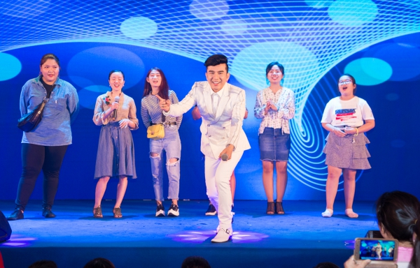 Anh Bo còn có màn song ca với 6 khán giả nữ ca khúcChim trắng mồ côi trên sân khấu, thể hiện sự thân thiện.