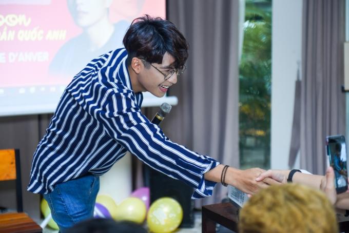 Hot boy Yoon Trần ngượng ngùng tiết lộ nụ hôn với Hòa Minzy, MLee