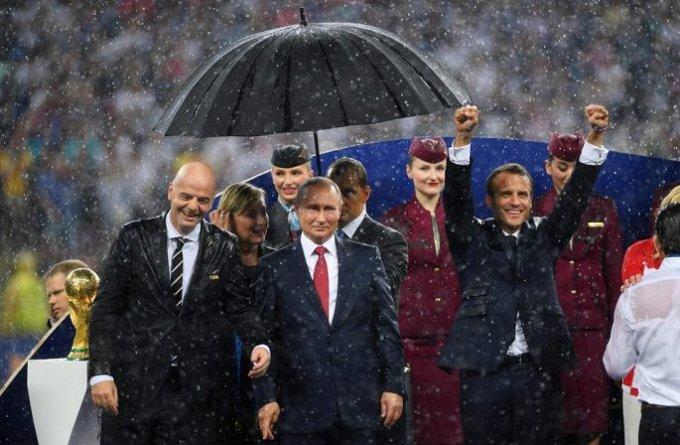 <p> Đây cũng là lần đầu tiên trong lịch sử chung kết World Cup, cúp vàng được trao dưới cơn mưa nặng hạt, hai nguyên thủ của Pháp và Croatia đã ướt sũng vì không có ô che. Hy hữu hơn là mưa chỉ bắt đầu rơi khi ngôi vô địch gọi tên người chiến thắng Pháp.</p>
