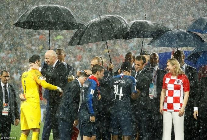 <p> Ông Macron ôm hôn các cầu thủ đội nhà...</p>