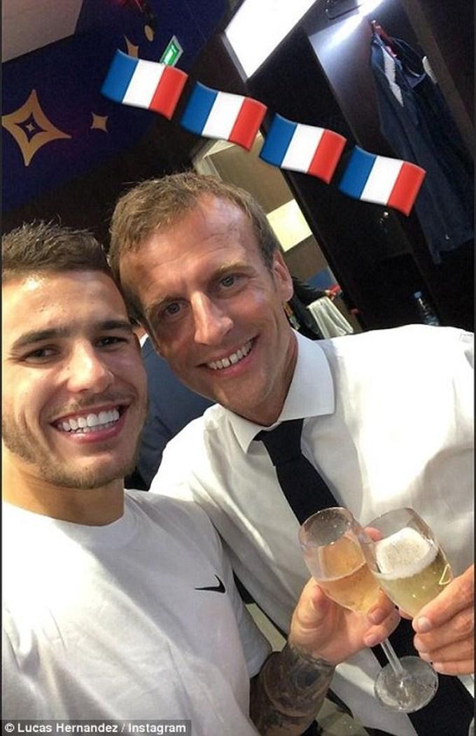 <p> Tổng thống Pháp chụp ảnh tự sướng cùng Florian Thauvin trong phòng thay đồ, nâng ly champagne chúc mừng chiến thắng.</p>