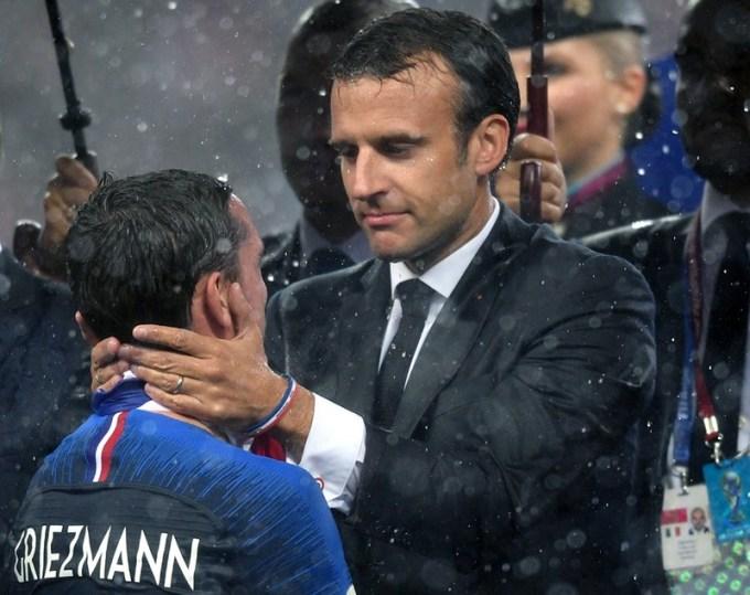 <p> Macron chúc mừng cầu thủ Antoine Griezmann.</p>