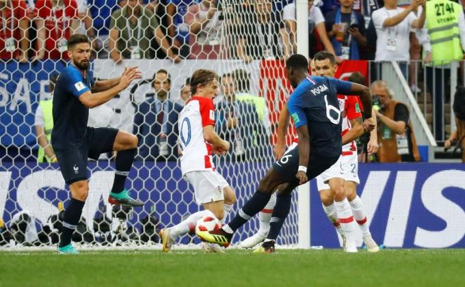 <p> Pháp và Croatia đã cống hiến cho khán giả khắp thế giới màn trình diễn đầy kỹ thuật và cảm xúc. Đây là lần đầu tiên sau 44 năm, trận chung kết World Cup có tới 3 bàn thắng được ghi ngay trong hiệp 1. Trước đó, trong trận tranh ngôi vô địch năm 1974, Tây Đức vượt qua Hà Lan với tỷ số 2-1; cả 3 bàn thắng đều được ghi trong 45 phút thi đấu đầu tiên.</p>