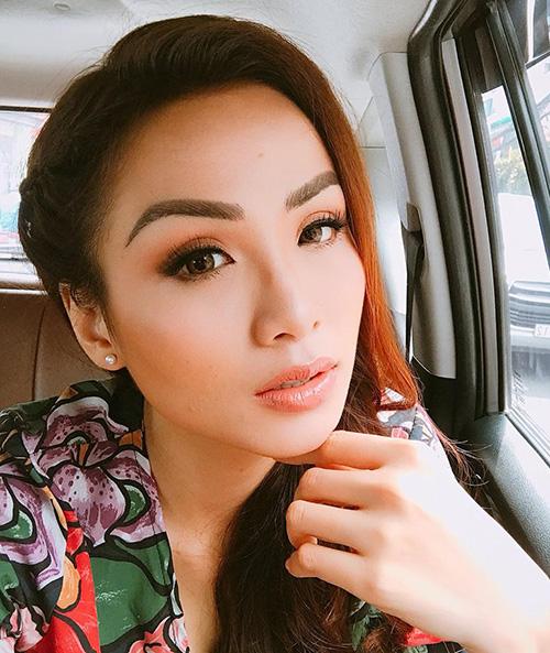 Nhan sắc của Hoa hậu Thế giới người Việt 2010 vốn được đánh giá là phúc hậu, hiền hòa đậm chất Á Đông, vì thế khi để lông mày cong hất quá sắc sảo, những đường nét trời ban của cô bị sụt giảm đi nhiều.