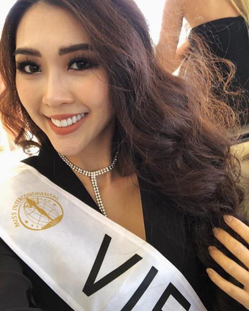 Hồi đại diện Việt Nam thi Hoa hậu Liên lục địa 2017, Tường Linh cũng thường xuyên gây băn khoăn vì tự dìm nhan sắc vì lối kẻ lông mày sâu róm vụng về như mới tập tành trang điểm.