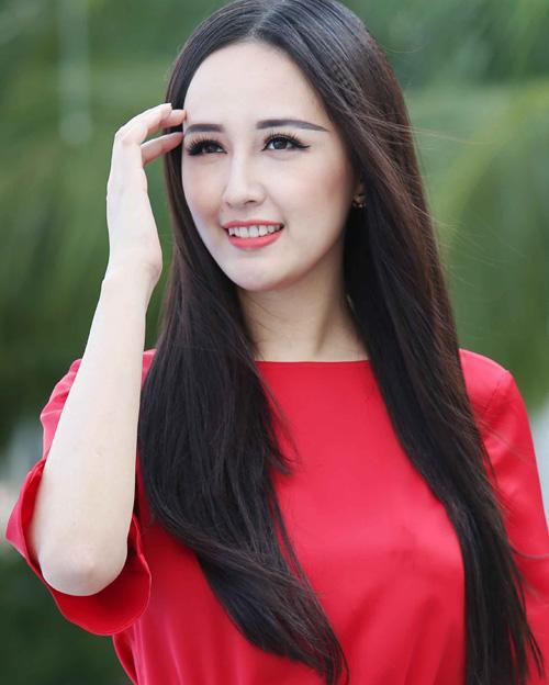 Dù là trang điểm tông nude kiểu Tây hay son đỏ ngọt ngào đậm chất Việt, Hoa hậu cũng đều áp dụng lối kẻ lông mày đậm tay, kéo dài ra quá đuôi mắt, không phù hợp với tổng thể gương mặt.