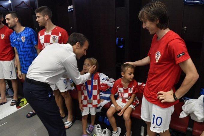 <p> Ông Macron thân thiện xoa đầu con gái của tiền vệ Luka Modric.</p>