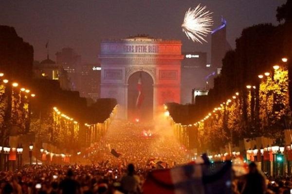 Buổi lễ ăn mừng tại Khải Hoàn Môn, Paris.