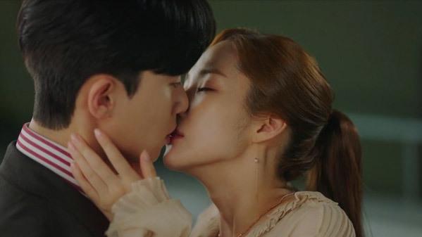 4 cảnh hôn khiến khán giả phấn khích khó quên trong Thư ký Kim sao thế? - 1