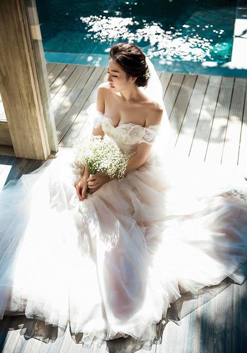 Dương Tú Anh tiếp tục nhá hàng ảnh cưới xinh đẹp trước khi chính thức lên xe hoa vào ngày 21/7 tới.