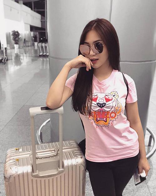 Hương Tràm diện áo phông hàng hiệu ra sân bay lên đường sang Mỹ công tác.