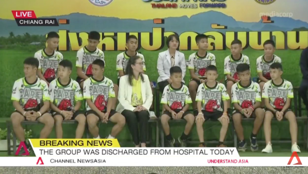 12 cậu bé xuất hiện trong trang phục thể thao.