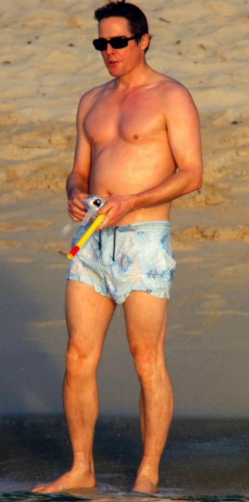 Và đây là Hugh Grant, nam diễn viên nổi tiếng của Love Actually, người được biếtđến với vẻ đẹp trai bad boy kiểu Anh cực kỳ cuốn hút.