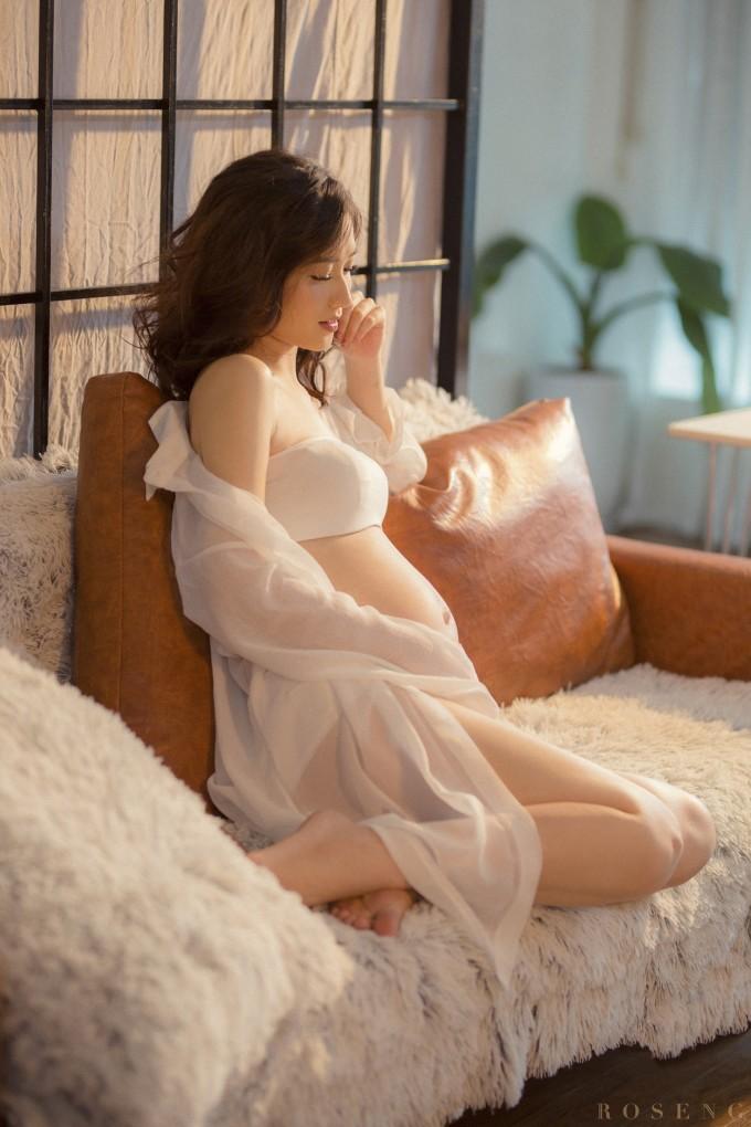 """<p> Những ngày qua, JustaTee """"nhá hàng"""" bức ảnh bụng bầu của vợ trên trang cá nhân.</p>"""