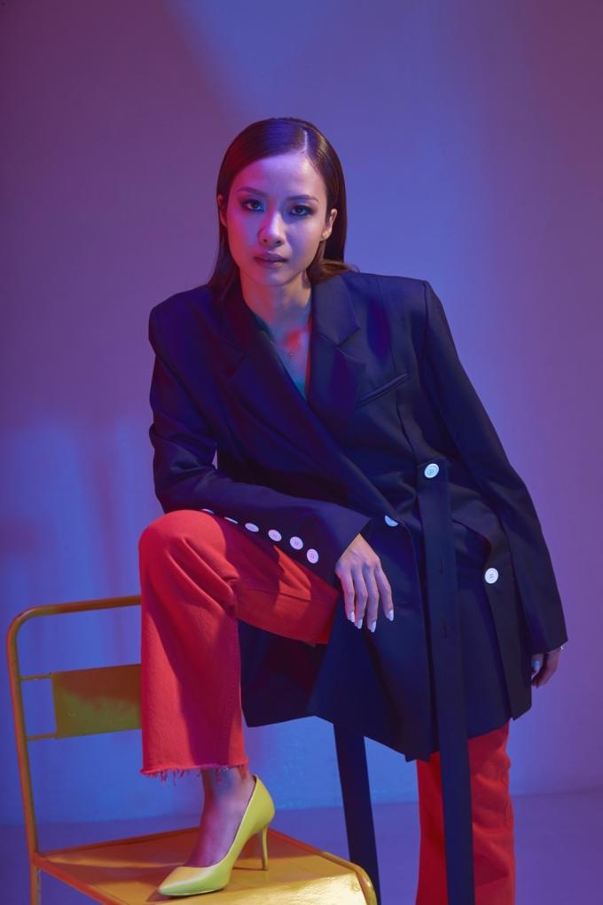 <p> Suboi pose dáng với thần thái lạnh lùng đậm chất high fashion không thua kém mẫu chuyên nghiệp.</p>