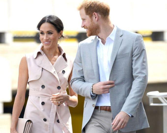 <p> Mới đây, nữ công tước xứ Sussex thu hút sự chú ý khi sánh đôi cùng chồng dự triển lãm về cựu Tổng thống Nam Phi Nelson Mandela. Meghan xuất hiện duyên dáng trong chiếc coat dress thanh lịch màu hồng nhạt trị giá 623 bảng Anh của thương hiệu House of Nonie.</p>