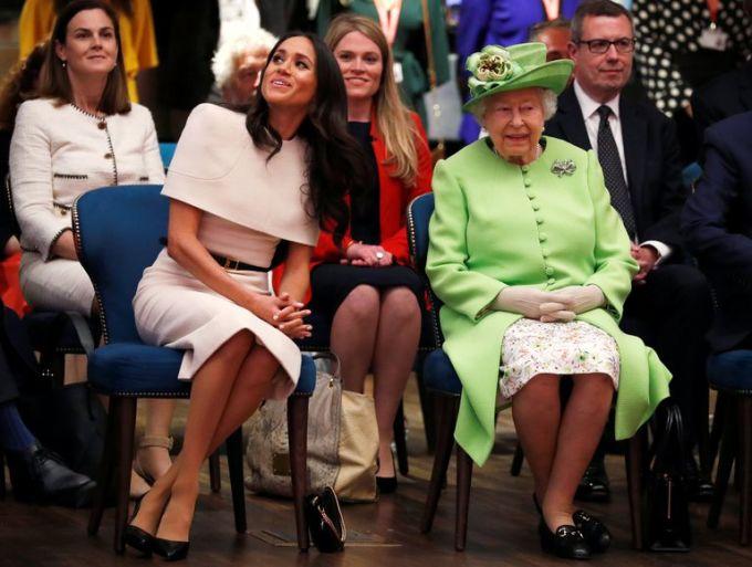 """<p> Trong khi đó, chuyên gia thời trang Lucas Armitage đưa ra một quan điểm khác về màu sắc yêu thích của Meghan: """"Tôi nghĩ đây là chiến thuật thông minh của cô ấy để chinh phục cảm tình của Nữ hoàng Elizabeth II bởi bà rất thích diện những màu sắc rực rỡ. Việc Meghan chọn trang phục màu hồng nhạt dự sự kiện hoàng gia chứng tỏ cô hoàn toàn khiêm nhường và tôn trọng Nữ hoàng"""".</p>"""