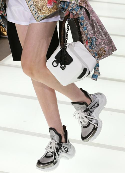 Từ khi giới thiệu trên sàn diễn Xuân Hè 2018, đôi giày đã được giới mộ điệu chú ý.
