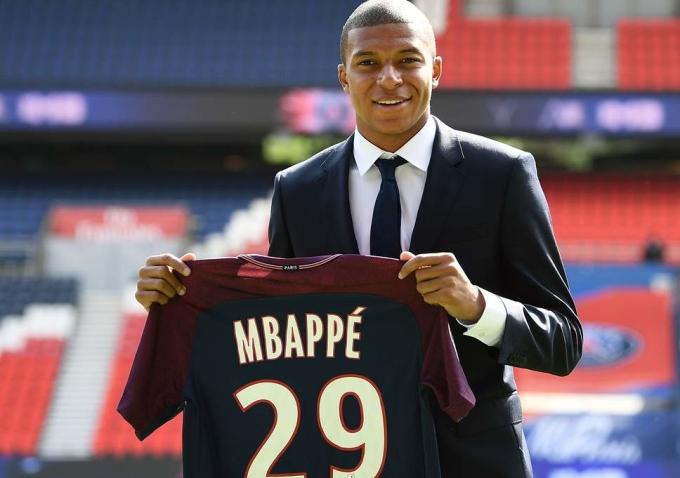 """<p> Theo tờ <em>L'Equipe</em>, mức lương mỗi tháng Mbappe nhận được từ """"gã nhà giàu nước Pháp"""" PSG là 1,8 triệu USD (41 tỷ đồng). Thế nhưng số tiền Mbappe chi cho ăn mặc cực kỳ khiêm tốn. So với người đồng đội ở PSG là Neymar, người luôn mạnh tay chi một khoản lớn cho hàng hiệu, những mái tóc nghìn đô thì Mbappe khiến nhiều người bất ngờ về sự giản dị.</p>"""