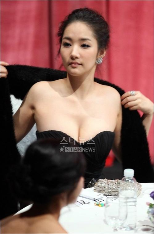 Năm 2008 tại lễ trao giải KBS Drama Awards, Park Min Young thu hút nhiều sự chú ý với màn khoe ngực ngồn ngộn.