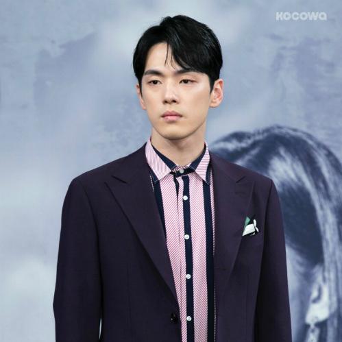 Kim Jung Hyun gây khó chịu vì biểu cảm ở buổi họp báo.