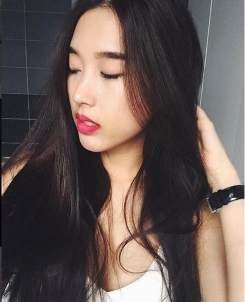 Y Vân có gu ăn mặc cá tính, vóc dáng thon gọn. Huỳnh Anh từng tiết lộ bạn gái của mình theo học chuyên ngành Chính trị. Họ sẽ gặp mặt nhau tại Bỉ vào tháng 7 này.