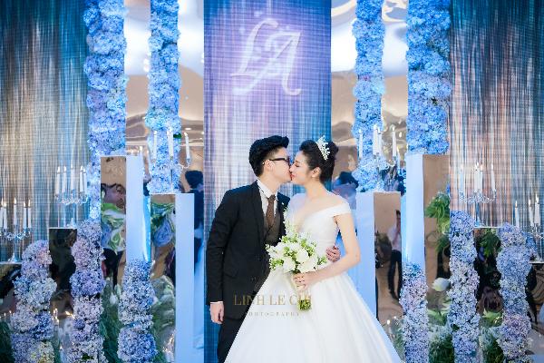 Cặp đôi trao nhau nụ hôn ngọt ngào trước đông đảo quan khách.