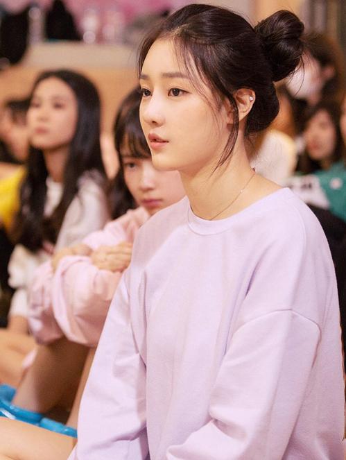 Với gương mặt ngây thơ đúng tuổi, có đường nét hao haoJung ChaeYeon