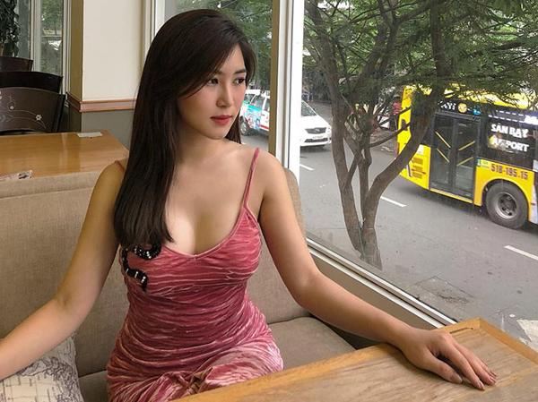 Vòng một đầy đặn là lợi thế của Hương Tràm, vì thế cô thích mê các kiểu áo hai dây, áo quây, áo trễ vai...