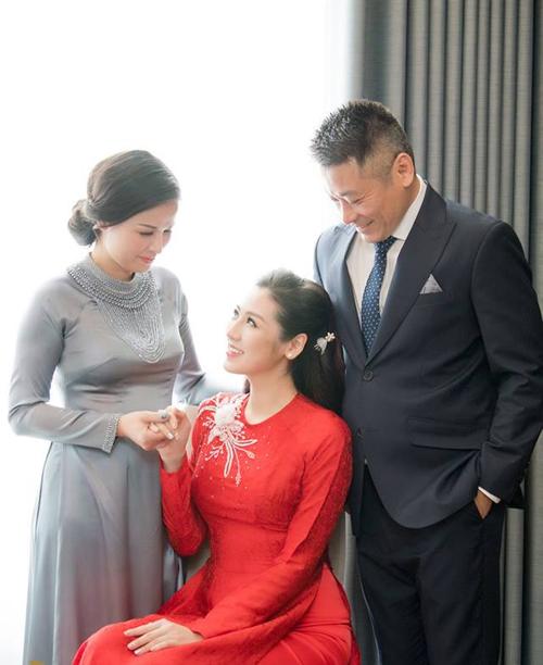 Trong ngày con gái lập gia đình, bố mẹ Tú Anh cũng không giấu được niềm hạnh phúc.