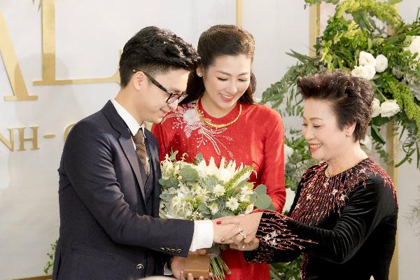 Mẹ chồng Tú Anh trao quà cho 2 con.