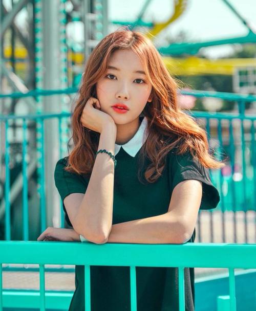Tuy chỉ mới sinh năm 2001 nhưng Ahn Ye Won đã có vẻ ngoài trưởng thành chẳng kém các đàn chị.