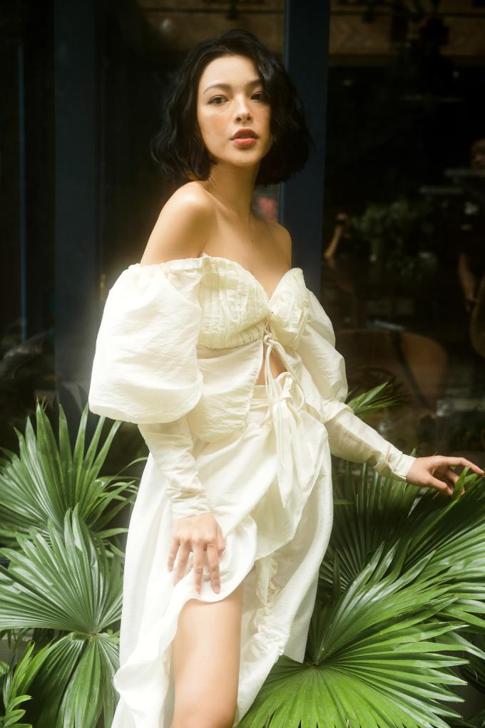 """<p> Đảm bảo tiêu chí kinh điển của thời trang """"less is more"""" đơn giản nhưng vẫn cuốn hút, Tú Hảo toát lên vẻ nữ thần trong bộ cánh trắng.</p>"""
