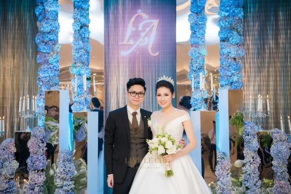 Tú Anh cùng vị hôn phu chào đón khách mời.