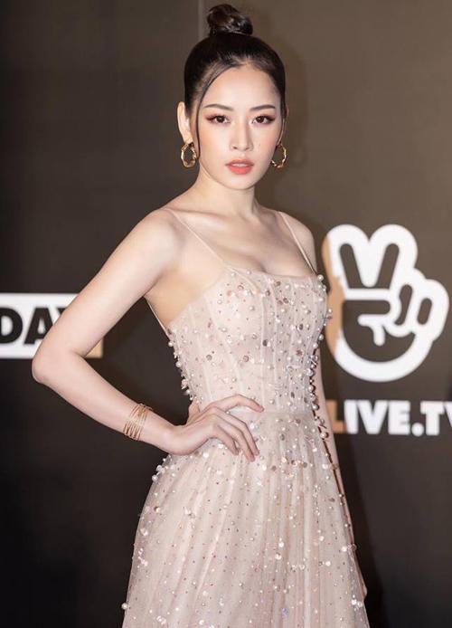 Từ một hot girl nhí nhảnh, Chi Pu đã chuyển mình hoàn toàn thành một quý cô vừa gợi cảm lại vừa hiện đại, cá tính. Thời trang của cô nàng gần đây luôn gắn liền với những bộ cánh khoe vòng một nảy nở bất ngờ.