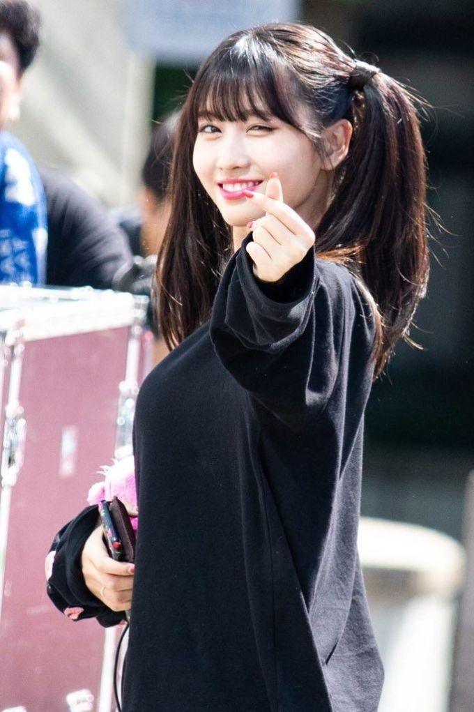 <p> Momo là đại diện duy nhất của Twice trong top 5. Cô nàng gây sốc vì giọng hát thảm họa trên show âm nhạc. Fan bào chữa rằng thành viên Twice bị công ty ép đổi giọng, chất giọng thật của Momo không như vậy.</p>