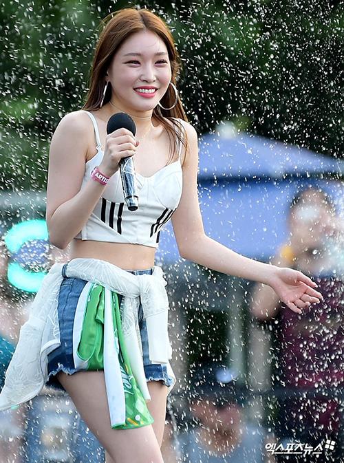 Dù mới debut nhưng Chung Ha đang là biểu tượng của sự năng động, gợi cảm. Ngôi sao xuất thân từ Produce 101 có nhiều ca khúc sexy, hợp với không khí mùa hè.