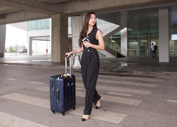 Để chuẩn bị tham dự đêm Chung khảo Hoa hậu Việt Nam 2018 khu vực phía Bắc, dàn người đẹp đồng loạt tụ hội ở sân bay Vinh, Nghệ An. Dù thời tiết không thuận lợi nhưng các chân dài vẫn ăn vận rất thanh lịch, đẹp mắt.