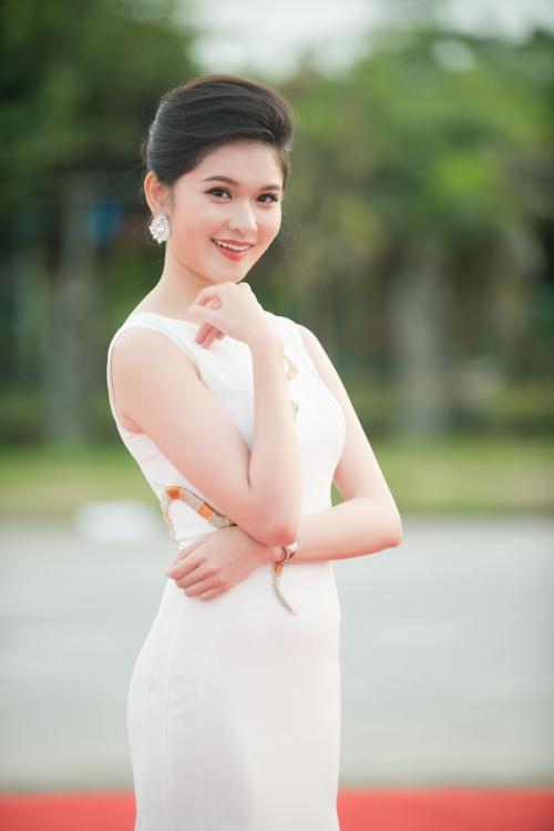 Á hậu Thùy Dung xuất hiện từ khá sớm trên thảm đỏ với bộ cánh trắng đơn giản, nhẹ nhàng.
