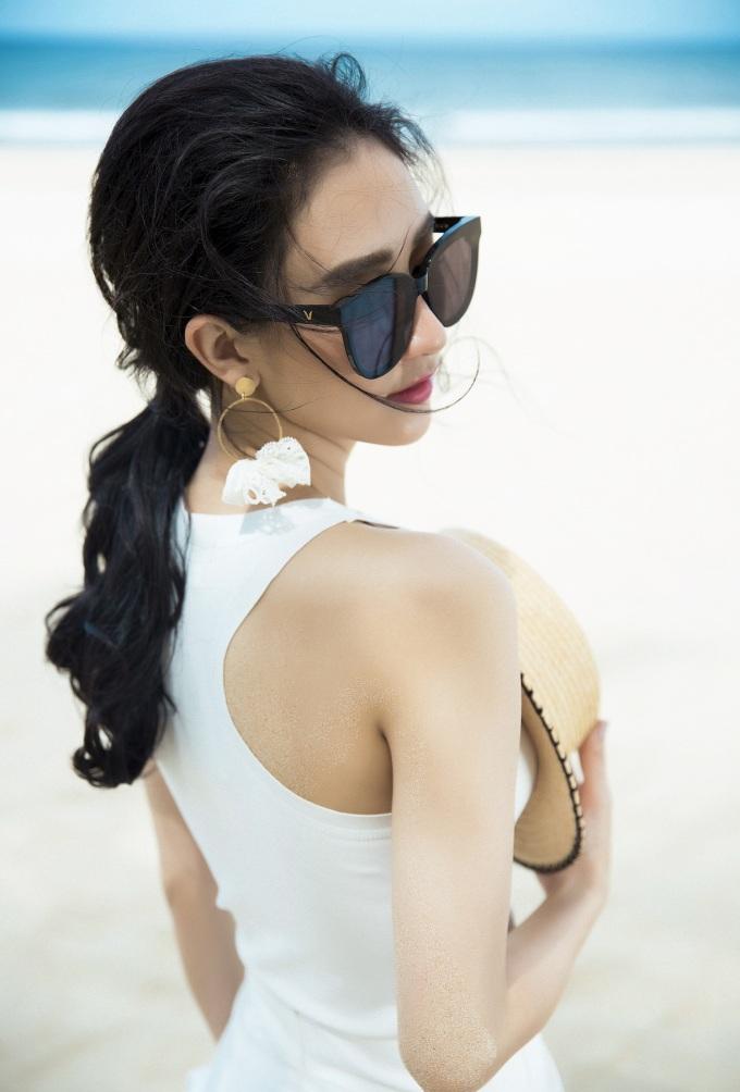 <p> Những bộ váy trắng mềm mại, kết hợp họa tiết ren nữ tính hay phá cách trong những bộ váy hở vai mang lại hình ảnh tươi mới.</p>