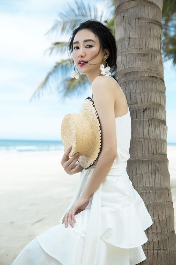<p> Đánh dấu tuổi mới, Hà Thu tung loạt ảnh khoe vóc dáng gợi cảm, thần sắc rạng ngời. Diện những bộ trang phục gam màu trắng - nude, người toát lên vẻ mong manh, thanh thoát.</p>