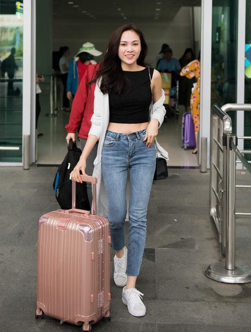 Ca sĩ Lưu Hiền Trinh sexy, sành điệu ở sân bay.