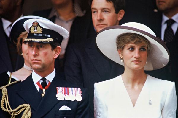 Sau khi hoàn tất thủ tục ly hôn vào tháng 11/1995, Diana bị tước bỏ danh hiệu Vương phi, chỉ còn lại cái tên Công nương xứ Wales. Vì Diana là mẹ của hai người kế vị (Hoàng tử William và Hoàng tử Harry), nên theo luật Hoàng gia, Công nương vẫn là thành viên hoàng tộc.